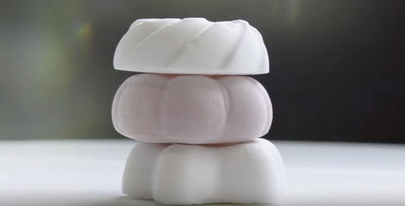 https: img.okezone.com content 2019 11 06 298 2126470 berat-cuma-1-gram-inilah-dessert-teringan-di-dunia-5jOMPTCyCR.jpg