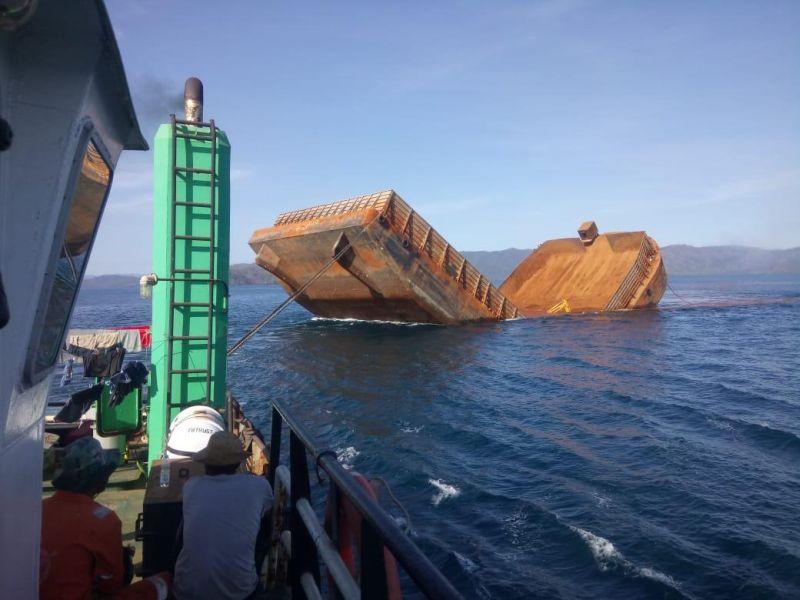https: img.okezone.com content 2019 11 07 340 2126942 kapal-tongkang-pengangkut-nikel-patah-lalu-tenggelam-di-sultra-W6noRncuo5.jpg