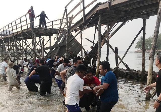 https: img.okezone.com content 2019 11 07 340 2127139 dua-orang-diperiksa-terkait-robohnya-jembatan-di-montigo-resort-batam-TkwLNHpE2t.jpg