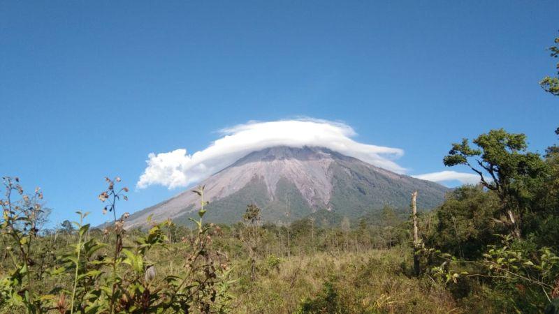 https: img.okezone.com content 2019 11 07 519 2126963 heboh-gunung-semeru-diselimuti-awan-mirip-topi-caping-begini-faktanya-BXpaJnAHmh.jpg