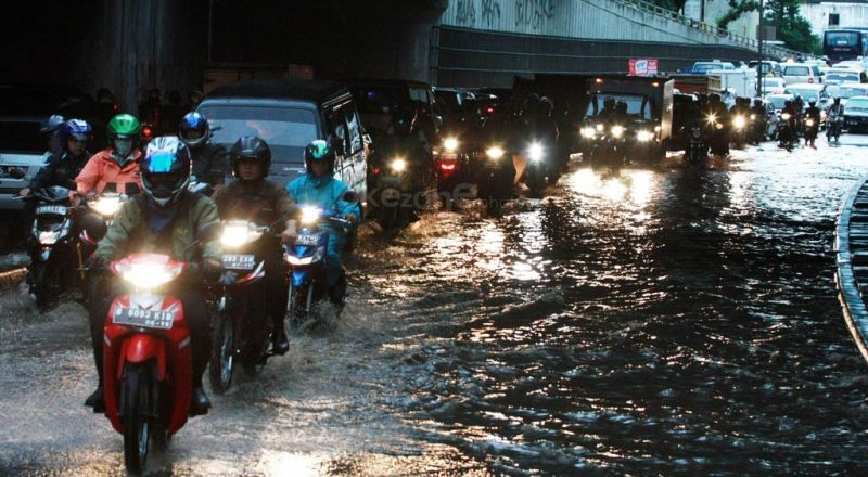 https: img.okezone.com content 2019 11 07 53 2127066 pengendara-motor-gunakan-jas-hujan-jangan-sembarangan-berhenti-BDB3lv1Ng1.jpg