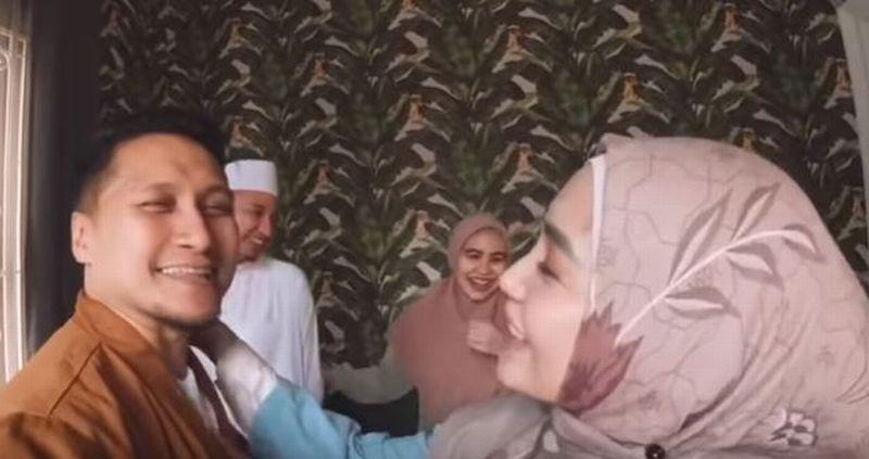 https: img.okezone.com content 2019 11 07 614 2126852 ditanya-istri-soal-poligami-arie-untung-terpojok-4v8OMFcnZp.jpg