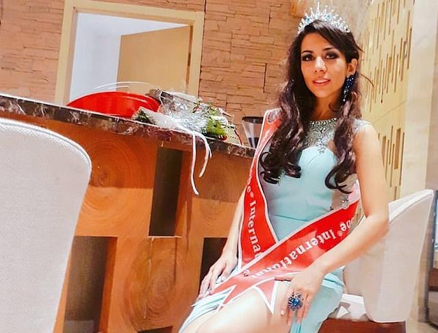 https: img.okezone.com content 2019 11 08 18 2127527 kisah-ratu-kecantikan-iran-tinggal-di-bandara-rambut-saya-rontok-mental-saya-sakit-thMB90Jlh0.jpg