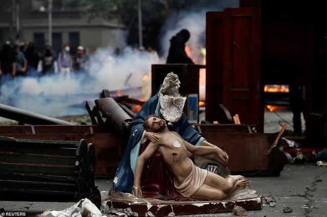 https: img.okezone.com content 2019 11 09 18 2127839 pedemo-menjarah-gereja-dan-bakar-patung-yesus-di-jalan-QcR7plAZjQ.jpg