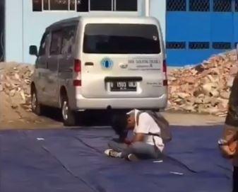https: img.okezone.com content 2019 11 09 337 2127758 viral-siswa-sma-tertidur-saat-upacara-dibiarkan-temannya-terlelap-di-tengah-lapangan-slC7hzWrYd.JPG