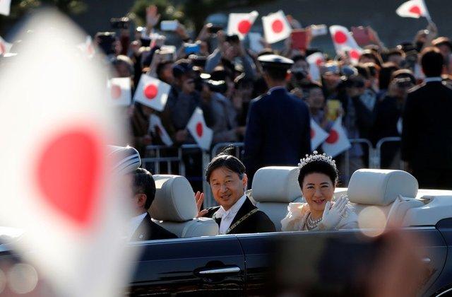 https: img.okezone.com content 2019 11 10 18 2128069 ratusan-ribu-orang-hadiri-parade-penobatan-kaisar-naruhito-di-tokyo-flGBIm1Es6.jpg