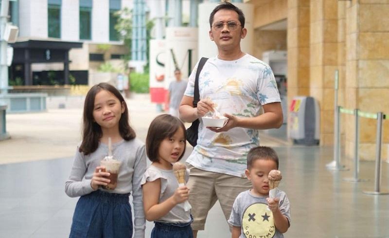 https: img.okezone.com content 2019 11 10 196 2127972 5-gaya-hanung-bramantyo-urus-anak-tetap-kece-bak-ayah-muda-9Lk4prODuJ.jpg