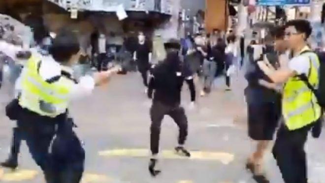 https: img.okezone.com content 2019 11 11 18 2128204 polisi-hong-kong-tembak-demonstran-dalam-protes-di-jam-sibuk-RPNh25YxLf.jpg