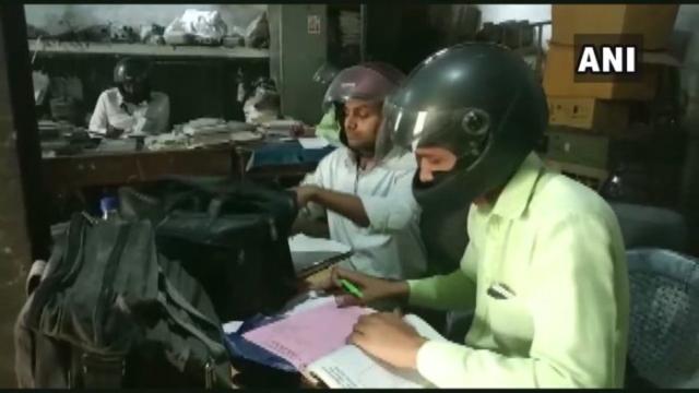 https: img.okezone.com content 2019 11 11 18 2128543 cegah-terluka-pekerja-india-kenakan-helm-motor-saat-bekerja-3044fBsjWk.jpg