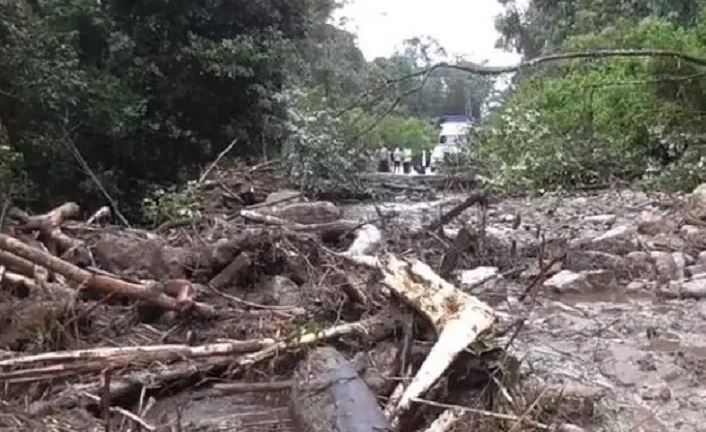 https: img.okezone.com content 2019 11 11 608 2128216 longsor-timbun-jalan-penghubung-dairi-karo-akses-jalan-putus-total-2VumdOTHWh.JPG