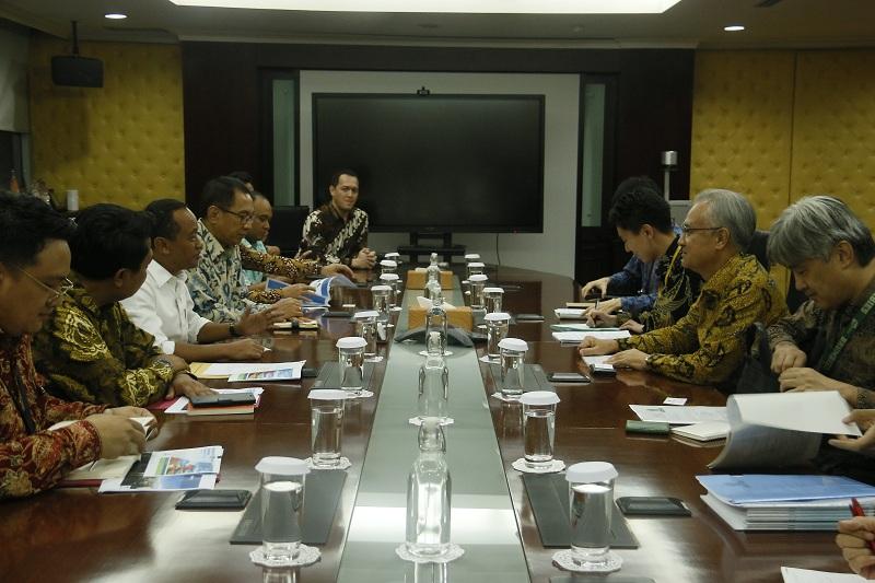 https: img.okezone.com content 2019 11 12 320 2128735 ketemu-kepala-bkpm-dubes-jepang-ungkap-kendala-investasi-di-indonesia-NNtR8ytMBW.jpg