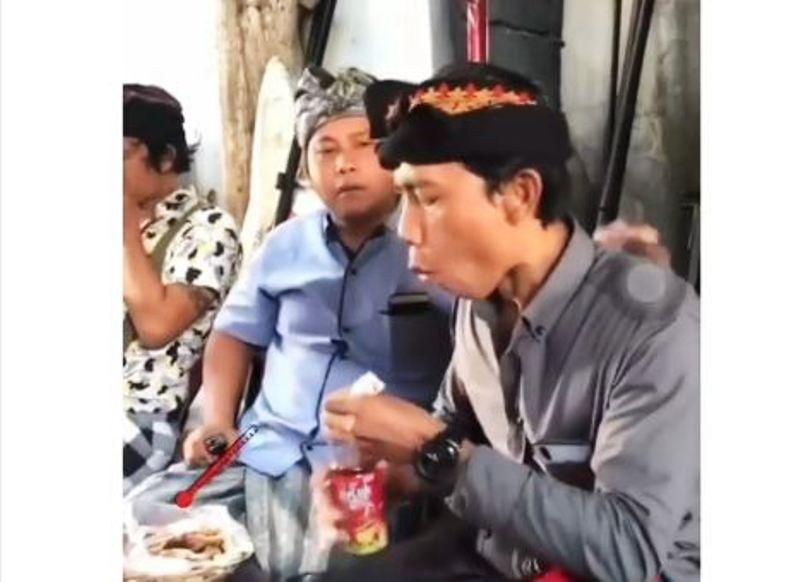 https: img.okezone.com content 2019 11 12 337 2129053 viral-ekspresi-kocak-bapak-bapak-saat-makan-hidangan-panas-X1W0wCHoYN.JPG