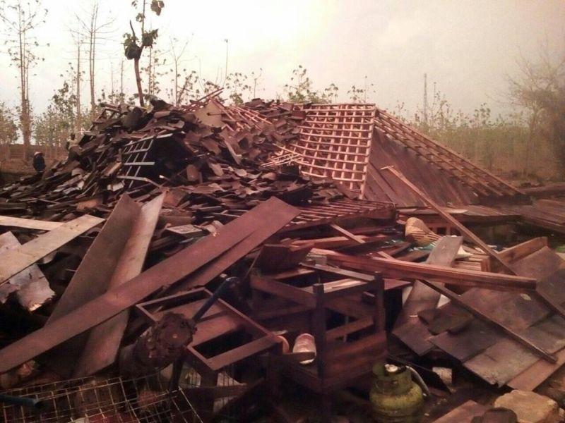 https: img.okezone.com content 2019 11 12 519 2128662 hujan-disertai-angin-kencang-terjang-bojonegoro-1-warga-tertimpa-bangunan-rumah-GKWtbtCF5F.jpg