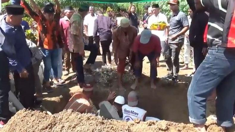 https: img.okezone.com content 2019 11 12 608 2128889 seorang-ibu-di-simalungun-tewas-tersengat-listrik-saat-banjir-xDqYSX1Rdo.JPG