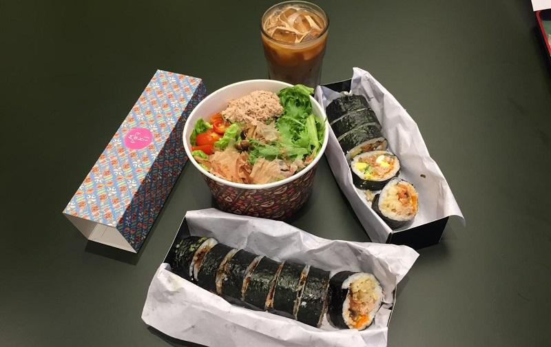 https: img.okezone.com content 2019 11 13 298 2129556 tren-makan-sushi-kekinian-bisa-bikin-sendiri-pakai-sambal-hijau-uYjTwVklRu.jpeg
