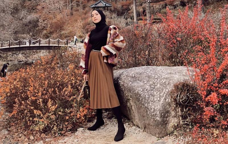 https: img.okezone.com content 2019 11 13 617 2129158 inspirasi-outfit-midi-skirt-untuk-hijabers-nomor-4-gaya-sporty-WgvTxX3rLi.jpg