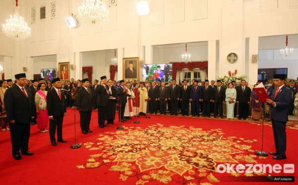 https: img.okezone.com content 2019 11 14 320 2129827 presiden-jokowi-kabinet-indonesia-maju-jauh-lebih-kompak-QaKgplR2EK.jpg
