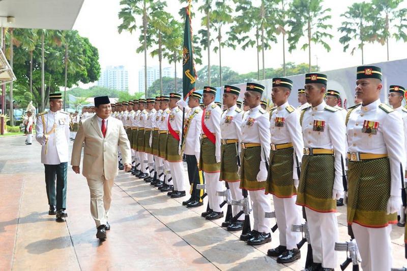 Bukan tanpa alasan, bila Prabowo memilih memakai peci hitam pada kunjungan tersebut.