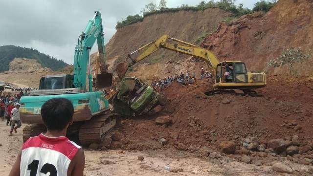 https: img.okezone.com content 2019 11 14 340 2130050 2-pekerja-tambang-tewas-tertimbun-bersama-truk-dan-eskavator-bzRKc9F3vD.jpg