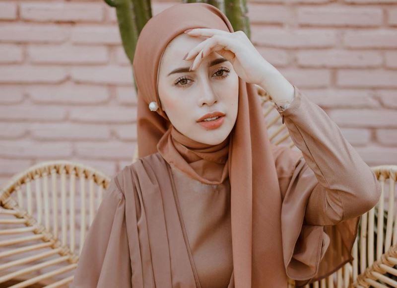 Hasil gambar untuk model hijab coklat