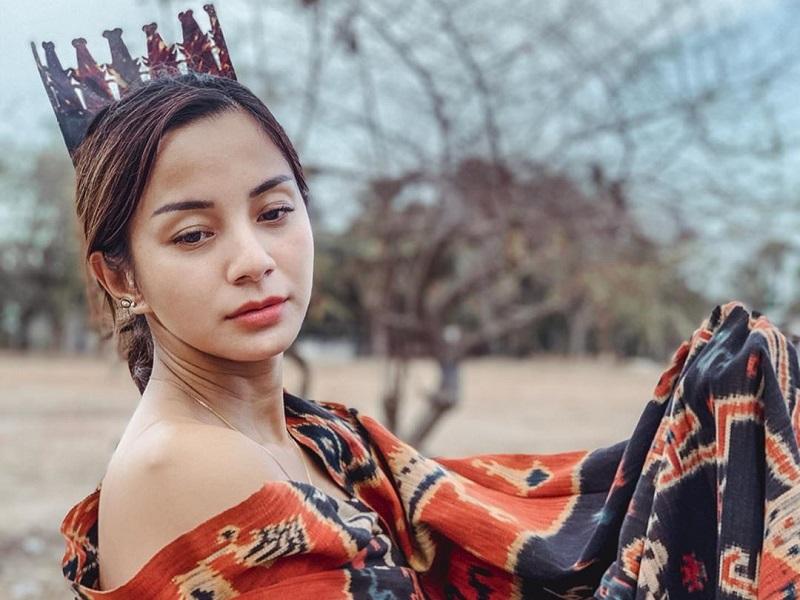 https: img.okezone.com content 2019 11 15 194 2130458 pesona-kirana-larasati-kenakan-kain-tenun-ikat-sumba-cantik-banget-o7Ia1HwiCy.jpg