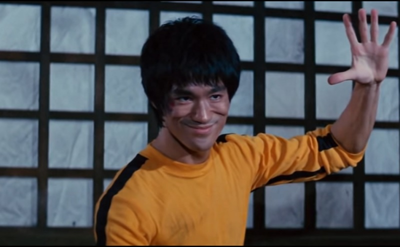 https: img.okezone.com content 2019 11 15 33 2130418 alasan-bruce-lee-pakai-jumpsuit-kuning-di-film-game-of-death-U14T5GDNWc.jpg