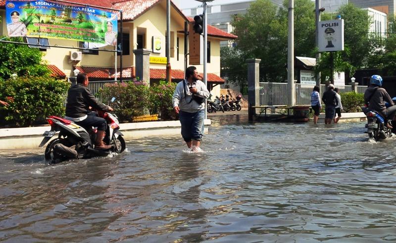 https: img.okezone.com content 2019 11 15 337 2130457 masih-ada-82-titik-banjir-di-jakarta-penanganan-baru-sebatas-evaluasi-GDfyBGNc1a.jpg
