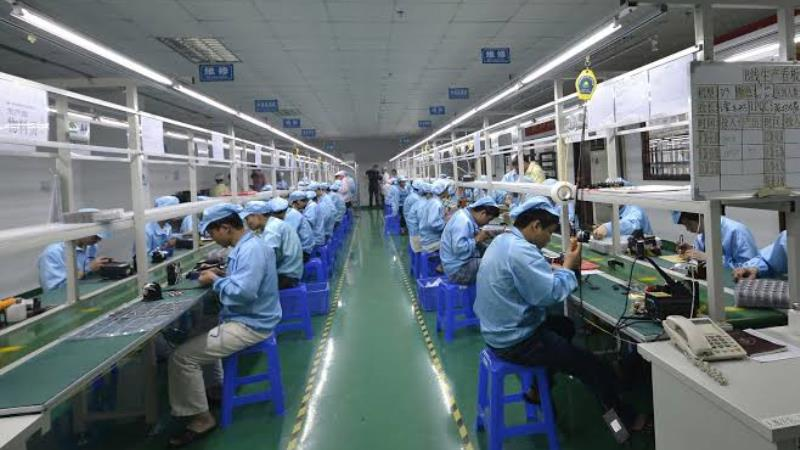 https: img.okezone.com content 2019 11 15 57 2130488 karyawan-pabrik-headphone-di-china-bisa-tidur-setelah-makan-siang-14W7cPhVpS.jpg