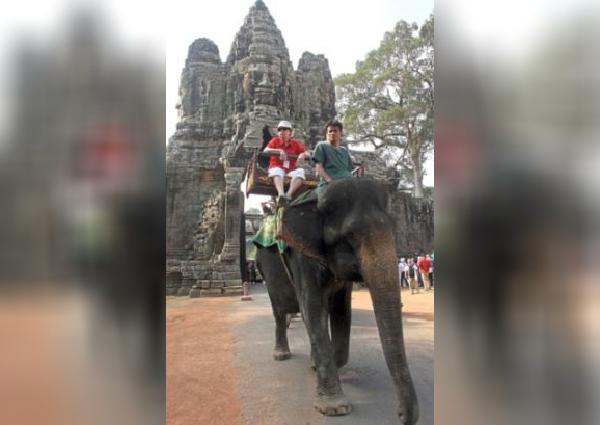 https: img.okezone.com content 2019 11 16 18 2130716 kamboja-akan-larang-atraksi-tunggang-gajah-di-angkor-wat-mulai-2020-tfSIRcH8nn.jpg