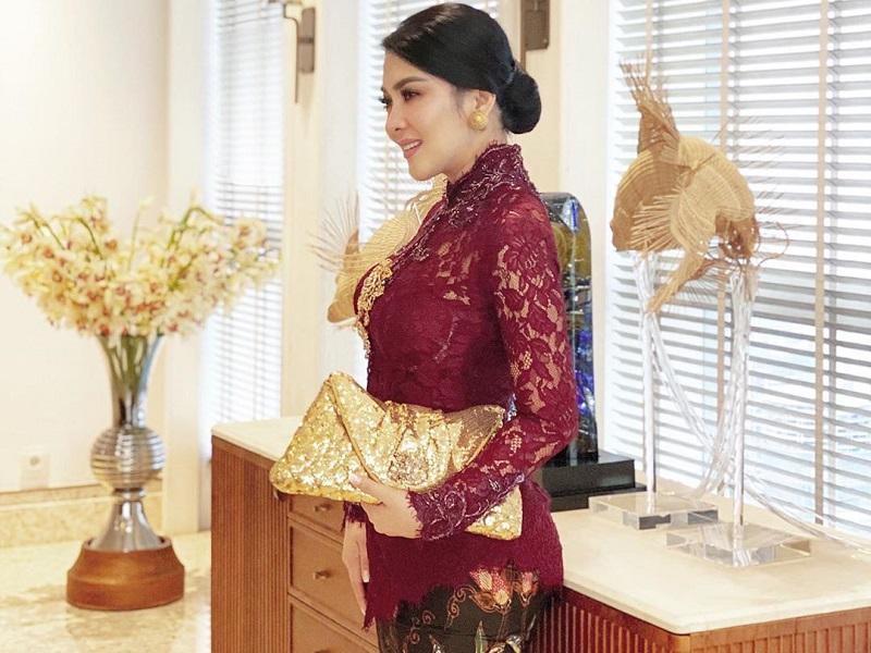 https: img.okezone.com content 2019 11 16 194 2130698 potret-gaya-glamor-syahrini-perempuan-pilihan-hati-reino-barack-gmUwzgQK8l.jpg