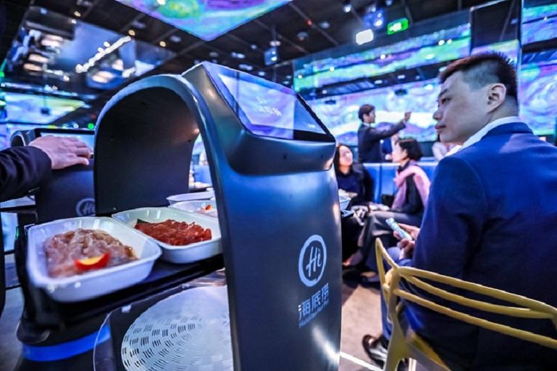 https: img.okezone.com content 2019 11 16 298 2130727 restoran-hotpot-pintar-pertama-di-dunia-pelanggan-dimanjakan-robot-canggih-LputyAURX5.jpg