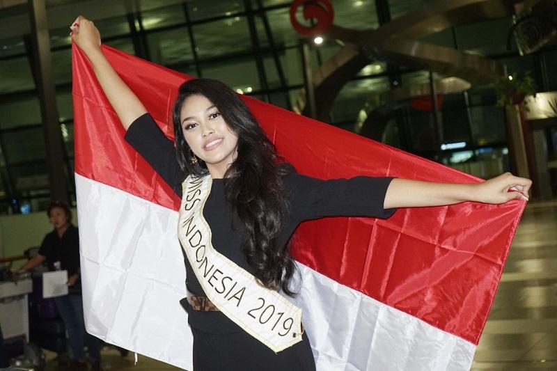 https: img.okezone.com content 2019 11 17 194 2131052 bertolak-ke-london-untuk-miss-world-2019-princess-megonondo-saya-siap-berikan-yang-terbaik-C3ukxY6NNG.jpg