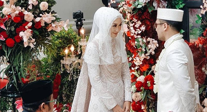 https: img.okezone.com content 2019 11 17 194 2131058 menikah-lagi-dian-pelangi-tampil-anggun-dengan-gaun-pengantin-putih-u0lGgZ1uvs.jpg
