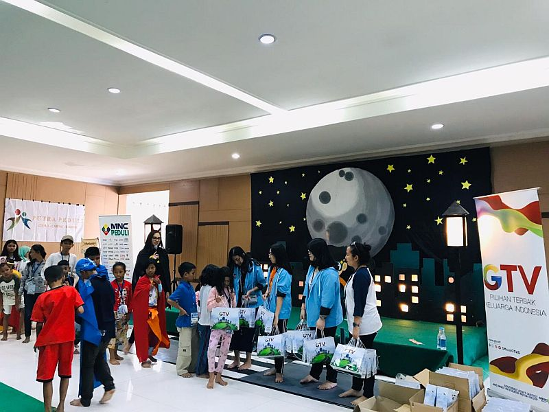 https: img.okezone.com content 2019 11 17 337 2130873 mnc-peduli-gelar-charity-children-camp-2019-di-cianjur-zGWCHS6Fdr.jpg