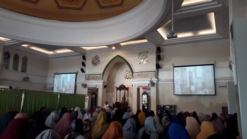 https: img.okezone.com content 2019 11 17 614 2130950 memperkuat-ukhuwah-islamiah-komunitas-mualaf-gelar-silaturahmi-d1eI6jdbJd.jpg