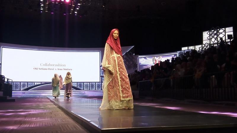 https: img.okezone.com content 2019 11 17 617 2130978 oki-setiana-dewi-rancang-baju-syari-untuk-perempuan-muslimah-zaman-now-p4EDJpikxd.jpg