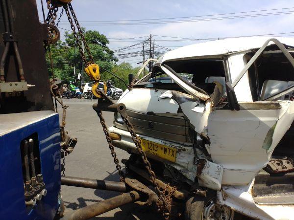 https: img.okezone.com content 2019 11 18 338 2131162 mobil-tabrak-angkot-dan-motor-di-tangsel-2-korban-luka-parah-v1GARjWdRA.jpg