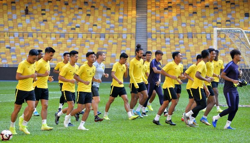 https: img.okezone.com content 2019 11 18 51 2131426 lupakan-insiden-di-sugbk-pelatih-malaysia-minta-pemainnya-fokus-ke-pertandingan-5ap3CkkURL.jpg