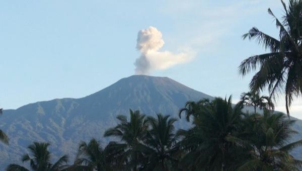 https: img.okezone.com content 2019 11 18 512 2131117 gunung-slamet-masih-waspada-kemarin-digoyang-600-kali-gempa-mTS0pEWoLx.jpg