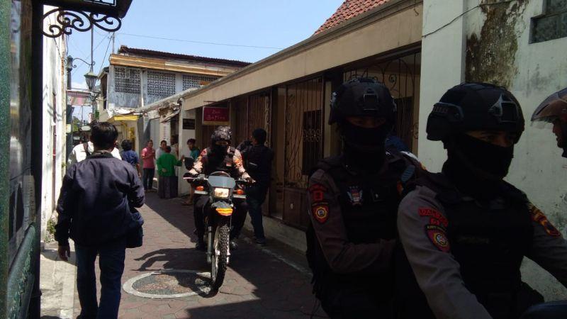 https: img.okezone.com content 2019 11 18 512 2131272 pulang-dari-masjid-bersama-anaknya-terduga-teroris-di-sukoharjo-ditangkap-densus-88-HgLo7hxMF6.jpg