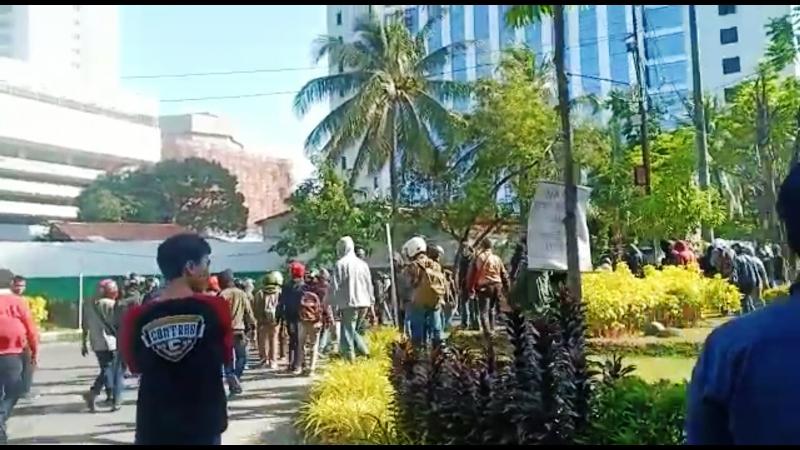 https: img.okezone.com content 2019 11 18 609 2131389 ratusan-orang-bersenjata-tajam-rusak-kampus-umi-sekretariat-ukm-dibakar-wnfn3lEd6N.jpg