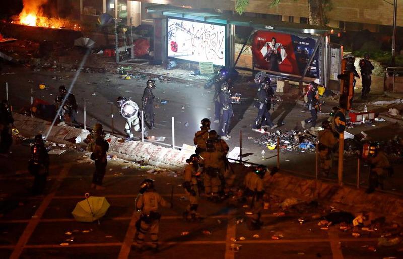 https: img.okezone.com content 2019 11 19 18 2131738 lebih-dari-400-demonstran-hong-kong-ditangkap-saat-kabur-dari-kampus-yang-dikepung-ar0SeCdvFb.jpg