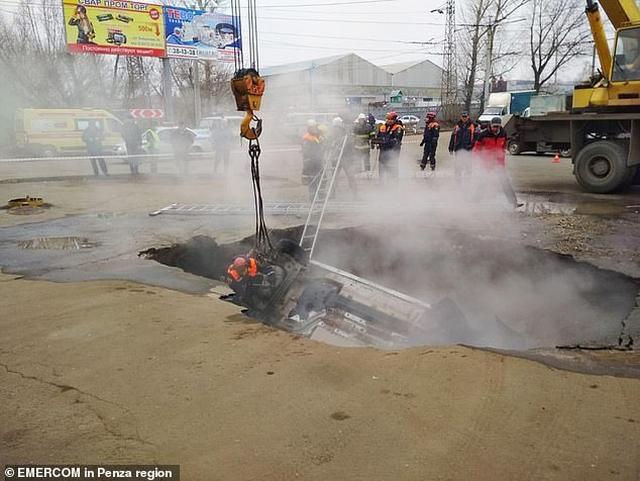 https: img.okezone.com content 2019 11 19 18 2131970 dua-pria-tewas-terebus-hidup-hidup-usai-mobil-masuk-lubang-berisi-air-panas-Il3oEtSnIP.jpg