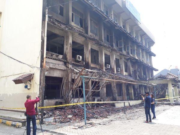 https: img.okezone.com content 2019 11 19 338 2131882 14-guru-siswa-sma-6-yadika-jadi-korban-kebakaran-ada-yang-lompat-dari-lantai-3-Fo1NDYjmx4.jpg