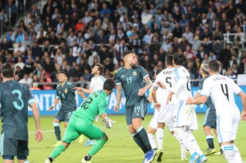 https: img.okezone.com content 2019 11 19 51 2131537 penalti-messi-selamatkan-argentina-dari-kekalahan-vs-uruguay-m6ENEOSiNd.jpg