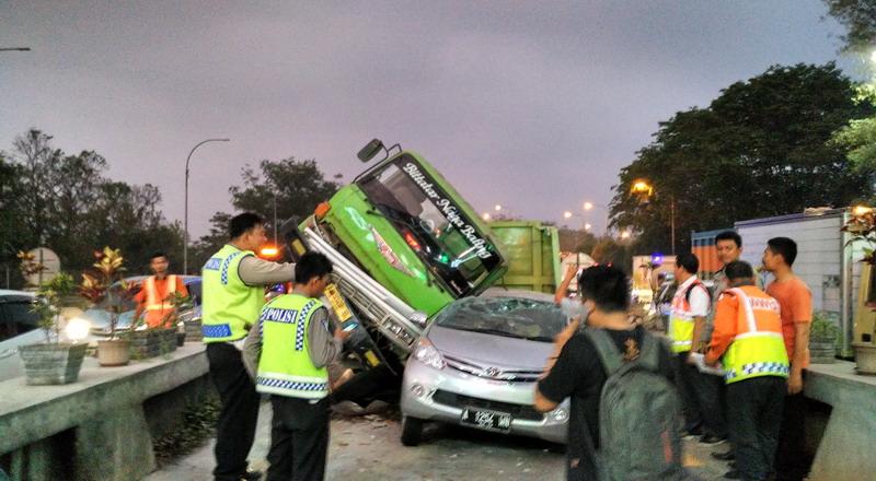 https: img.okezone.com content 2019 11 19 52 2131913 pengemudi-mobil-penyebab-tertinggi-kecelakaan-di-jalan-tol-nVX3JvIWFs.jpg