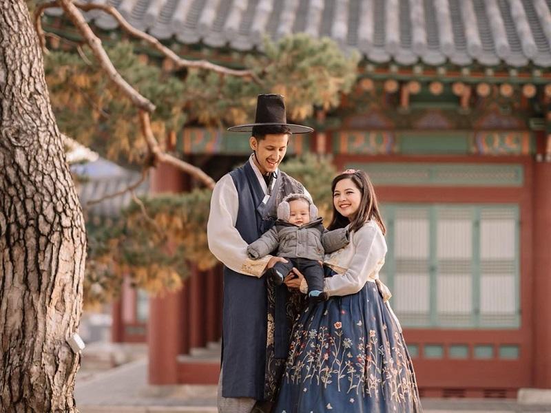 https: img.okezone.com content 2019 11 20 194 2132162 tasya-kamila-dan-randi-bachtiar-pakai-hanbok-ala-drama-korea-bikin-meleleh-w1xRaQEs4T.jpg