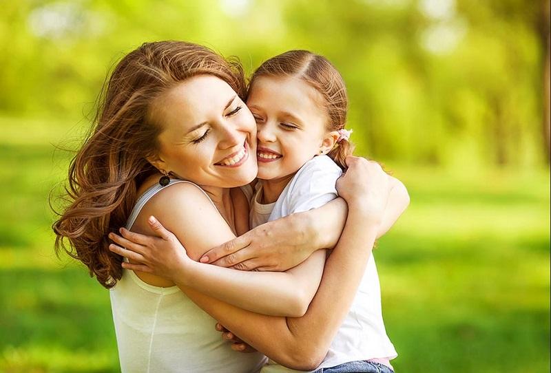 https: img.okezone.com content 2019 11 20 196 2132290 hari-anak-sedunia-ini-manfaat-orangtua-sering-memeluk-si-kecil-MCrYwQJDTl.jpg