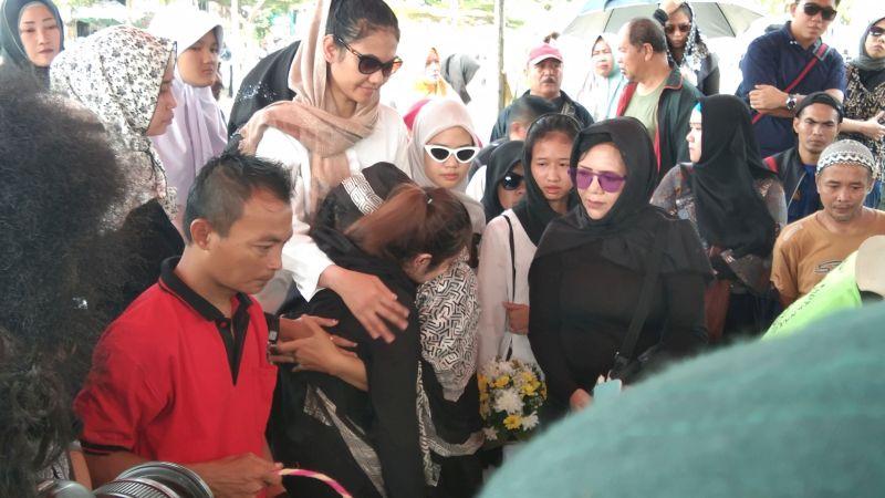 https: img.okezone.com content 2019 11 20 33 2132101 tangis-keluarga-pecah-saat-hadiri-proses-pemakaman-cecep-reza-r23nNs2G3g.jpg