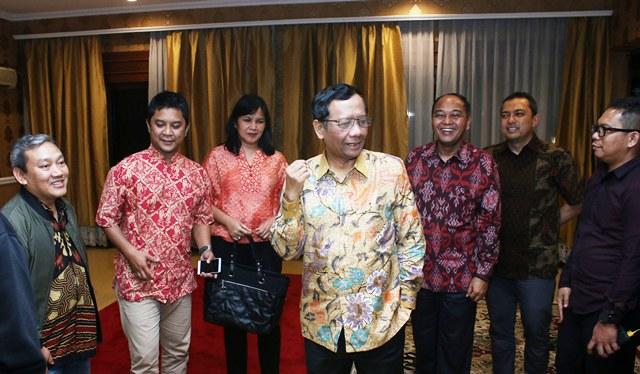 https: img.okezone.com content 2019 11 20 337 2132098 mahfud-md-sebut-veronica-koman-ingkar-janji-kembali-ke-indonesia-4xMgN2RTu5.jpg